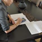 Jeune femme calculant les charges