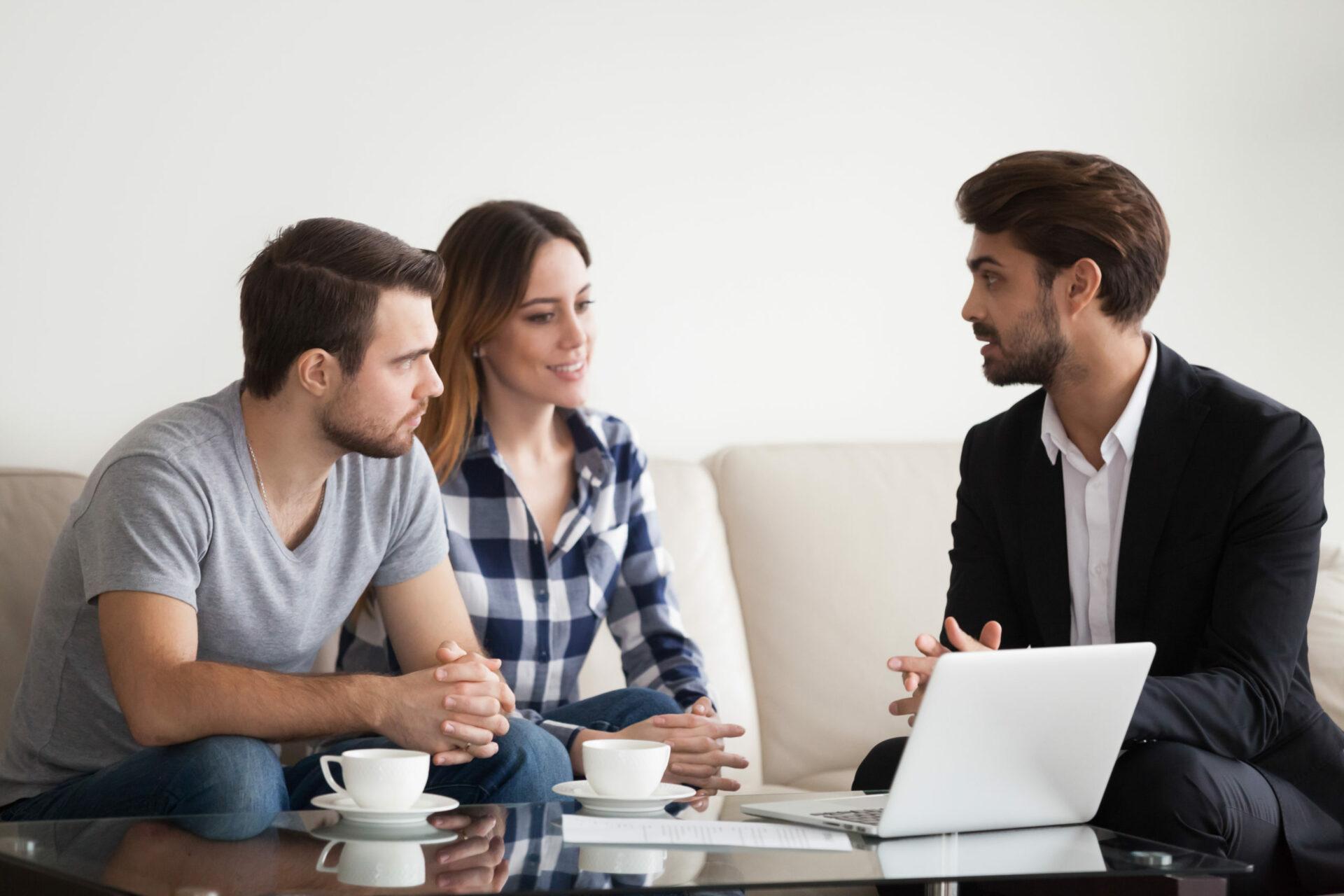 Gestionnaire immobilier conseillant un couple de propriétaires